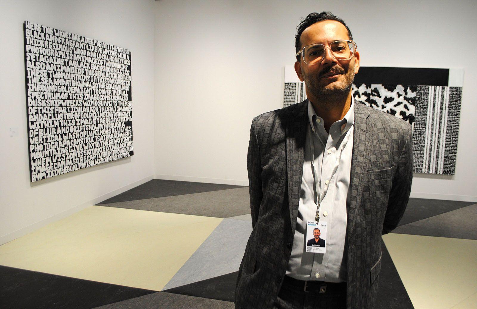 El director de la Galería David Castillo de Miami Beach, David Castillo, en el espacio dedicado a su galería durante la presentación de la feria Art Basel en el Centro de Convenciones de Miami Beach, Florida, el 5 de diciembre de 2018. Foto: Antoni Belchi / EFE.