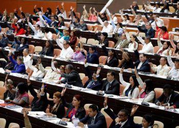 Votación durante la sesión plenaria del II período ordinario de la IX Legislatura del Parlamento cubano, 21 de diciembre de 2018. Foto: Ernesto Mastrascusa / EFE.