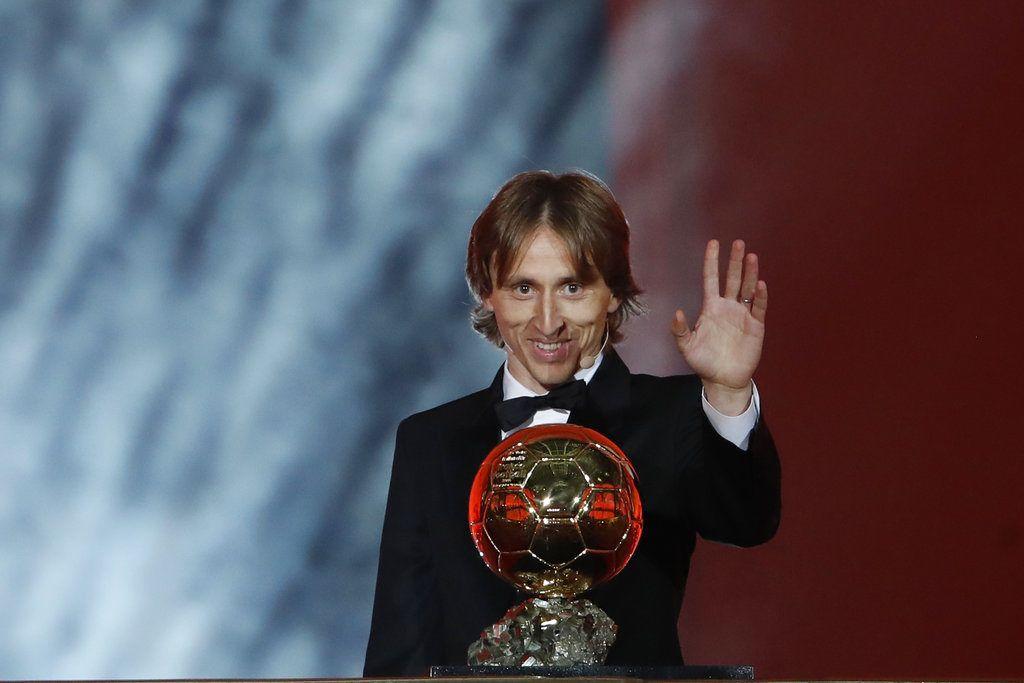 El croata Luka Modric, del Real Madrid, posa con el Balón de Oro tras recibir el galardón por primera vez en su carrera, en el Grand Palais de París, Francia. (AP Foto/Christophe Ena)