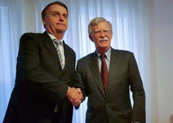 El asesor de Seguridad Nacional de la Casa Blanca, John Bolton (d), saluda al presidente electo de Brasil, Jair Bolsonaro, durante escala en Río de Janeiro antes de dirigirse a Argentina para participar en la cumbre del G20. Foto: El Informador / AP.