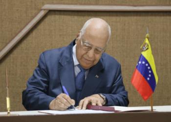 El Vicepdte. del Consejo de Ministros de Cuba, Ricardo Cabrisas, firmanel Acta final de la XIX Sesión de la Comisión Integubernamental del Convenio Integral de Cooperación Cuba-Venezuela. Foto: Cancillería de Venezuela.