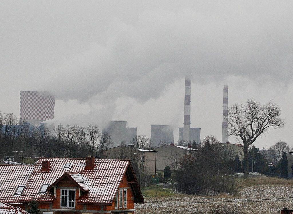 En esta fotografía del 21 de noviembre de 2018, humo sube de una serie de chimeneas de la planta energética y de calentamiento en Bedzin, cerca de Katowice, Polonia. Foto: Czarek Sokolowski / AP.