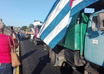 Camiones transitan por el puente sobre el río Zaza, luego de su reapertura el 1 de diciembre de 2018. Foto: @arrierodigital / Twitter.