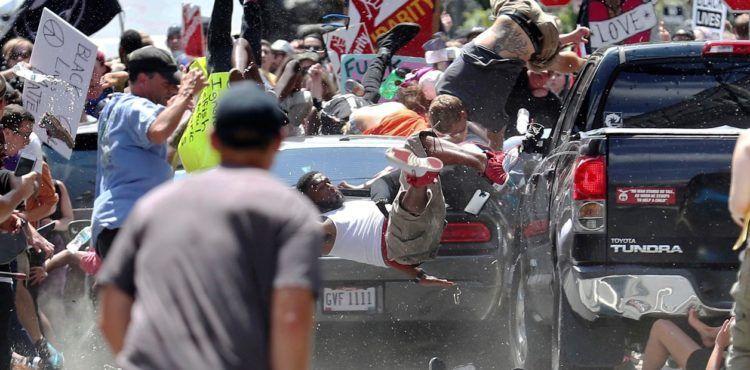 Durante una demostración de supremacistas blancos y miembros del Ku Klux Klan en Charlottesville, Virginia, en agosto de 2017, un auto embistió a una multitud y mató a una mujer e hirió a otras 19 personas. Las víctimas protestaban contra una marcha de racistas y neonazis que, a su vez, se mostraron indignados por la remoción de un monumento del general Robert E. Lee, un símbolo de fines del siglo XIX de la defensa de la esclavitud y la segregación racial en Estados Unidos. Foto: AP.