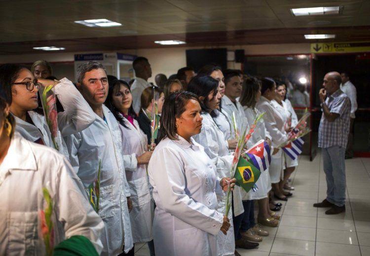 Médicos cubanos esperan para reunirse con el presidente de Cuba, Miguel Díaz-Canel, después de aterrizar en La Habana procedentes de Brasil, el 23 de noviembre de 2018. Foto: Desmond Boylan / AP / Archivo.