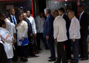 El presidente cubano, Miguel Díaz-Canel, con médicos cubanos a su regreso de Brasil en La Habana, el viernes 23 de noviembre de 2018. Foto: Desmond Boylan / AP.