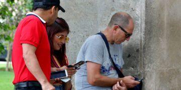 Cubanos conectados a internet a través de sus dispositivos móviles. Foto: Ernesto Mastrascusa / EFE / Archivo.