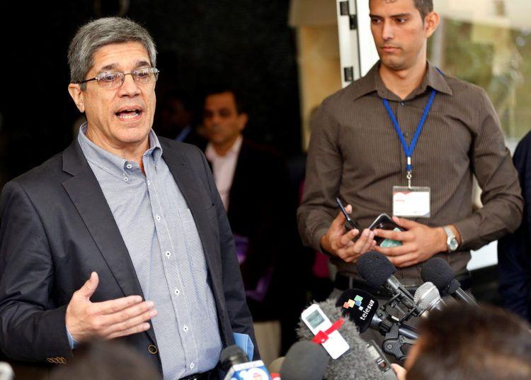 El director para los Estados Unidos en el ministerio de Exteriores de Cuba, Carlos Fernández de Cosio, habla con la prensa el miércoles 12 de diciembre de 2018, en las afueras del Instituto de Relaciones Internacionales (ISRI) de La Habana. Foto: Ernesto Mastrascusa / EFE.