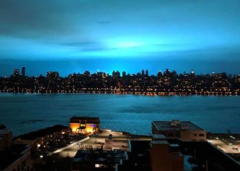 """El """"destello azul"""" que iluminó el cielo de New York la noche del 27 de diciembre de 2018. Foto: @ElHorizontemx / Twitter."""