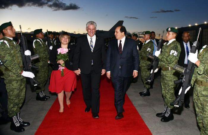 El presidente cubano, Migue Díaz-Canel (c), a su llegada a México. A su lado, su esposa, Lis Cuesta (i) y Lázaro Cárdenas Batel (d), jefe del equipo de asesores del nuevo mandatario mexicano. Foto: @bohemiaonline / Twitter.