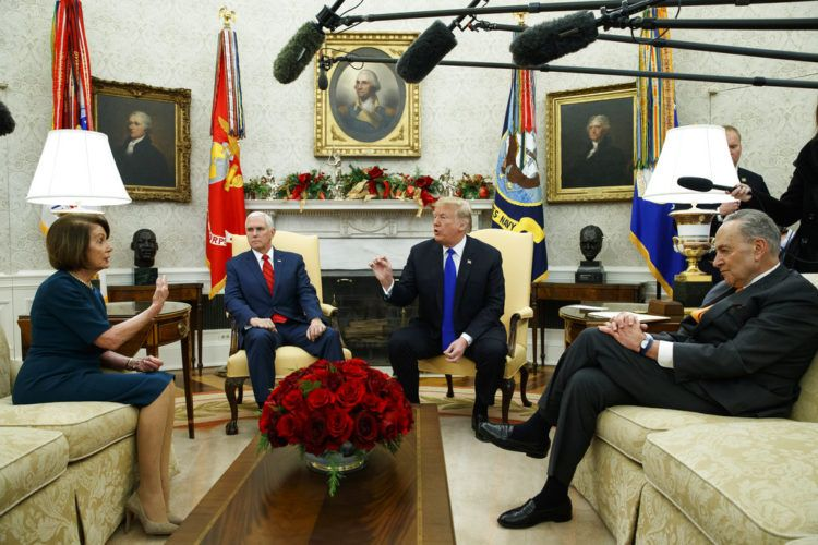 La líder del bloque demócrata en la Cámara de Representantes Nancy Pelosi, el vicepresidente Mike Pence, el presidente Donald Trump y el líder del bloque demócrata en el Senado Chuck Schumer, durante la reunión que sostuvieron en la Oficina Oval en la Casa Blanca el martes 11 de diciembre de 2018 en Washington. (AP Foto/Evan Vucci)