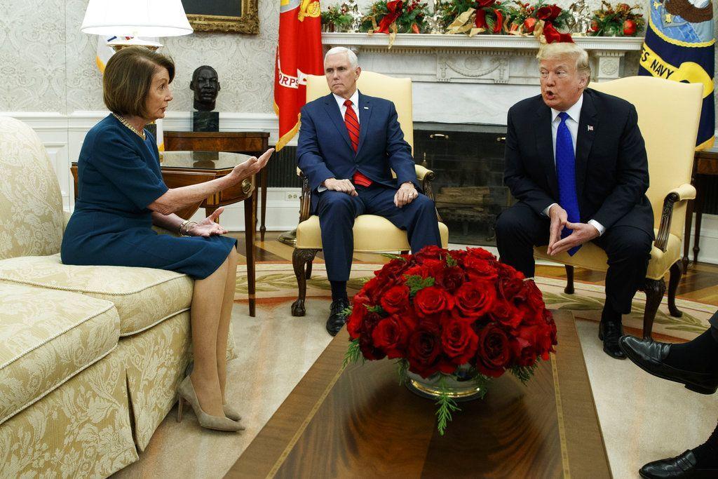 El vicepresidente Mike Pence, centro, observa a la líder de la minoría de la Cámara de Representantes Nancy Pelosi, demócrata de California, y al presidente Donald Trump mientras discuten en una reunión en la Oficina Oval de la Casa Blanca, el martes 11 de diciembre de 2018 en Washington. (AP Foto/Evan Vucci)