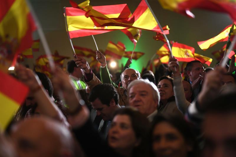 Militantes y simpatizantes de Vox celebran los resultados en las elecciones andaluzas esta noche en un hotel de Sevilla. EFE/Rafa Alcaide