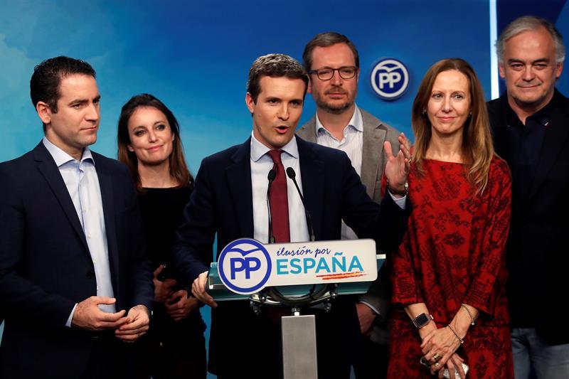 El presidente del Partido Popular, pablo Casado (3-i), valora los resultados de las elecciones en Andalucía en la sede de su partido en Madrid. Casado ha mantenido una conversación telefónica con el candidato popular a la presidencia de la Junta de Andalucía, Juanma Moreno, tras conocerse los resultados de las elecciones andaluzas, en las que el PP ha perdido siete escaños, aunque podría gobernar si alcanza un acuerdo con Ciudadanos y con Vox. EFE/Chema Moya