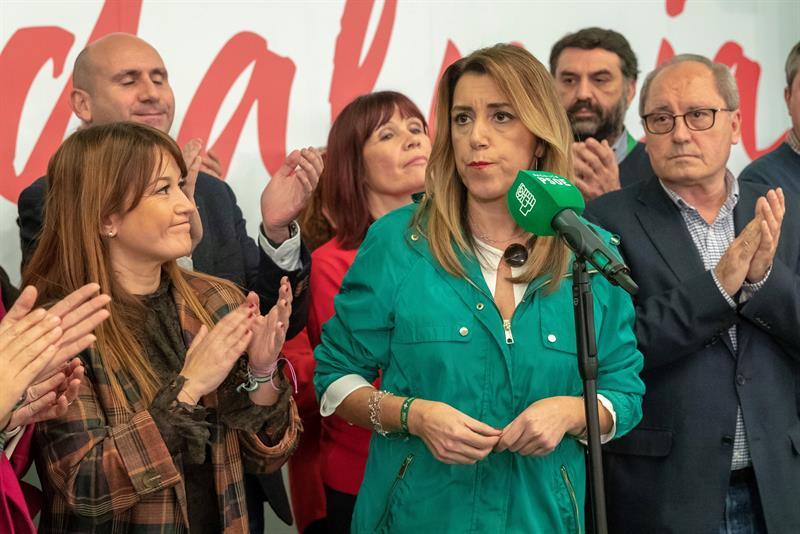 La candidata del PSOE-A a la presidencia de la Junta de Andalucía, Susana Díaz (c), esta noche en un hotel de Sevilla tras conocer los resultados de las elecciones al Parlamento de Andalucía celebradas hoy. EFE/Julio Muñoz