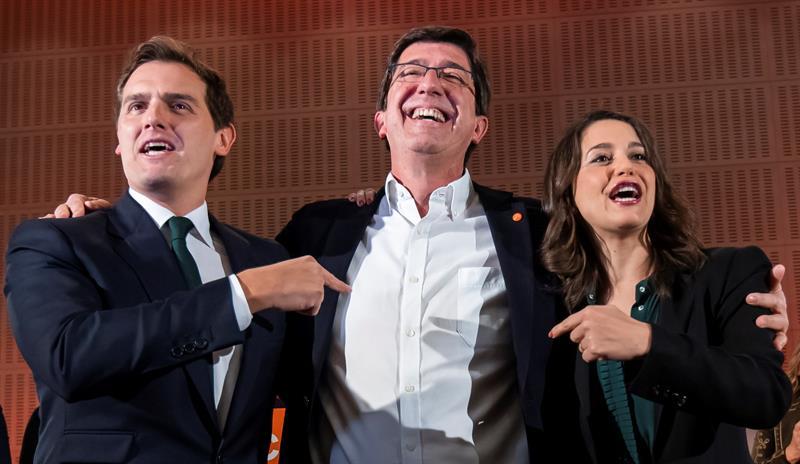 El candidato a la Junta de Andalucía por Ciudadanos, Juan Marín (C), el presidente de Ciudadanos, Albert Rivera, (i), y la líder en Cataluña, Inés Arrimadas, comparecen tras conocerse los resultados de las elecciones andaluzas. EFE/Raúl Caro