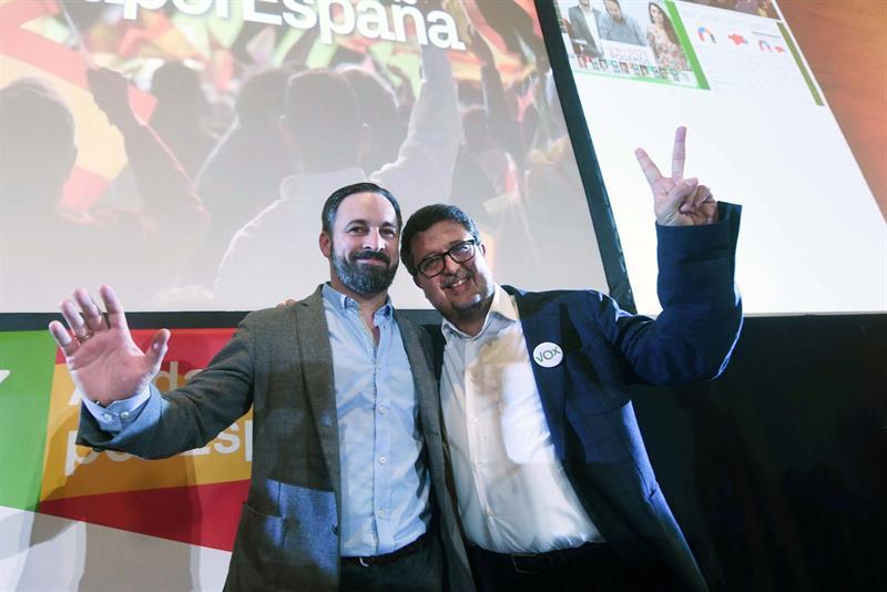 El presidente de Vox, Santiago Abascal (i), y el candidato a la presidencia de la Junta de Andalucía, Francisco Serrano, tras conocer los resultados en las elecciones andaluzas esta noche en un hotel de Sevilla. EFE/Rafa Alcaide