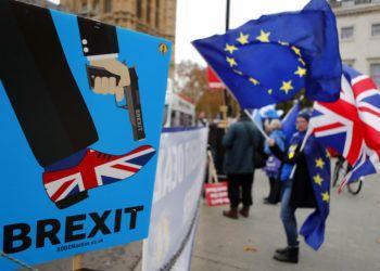 Manifestantes antiBrexit protestan ante el Parlamento británico, en Londres. Foto: Frank Augstein / AP / Archivo.
