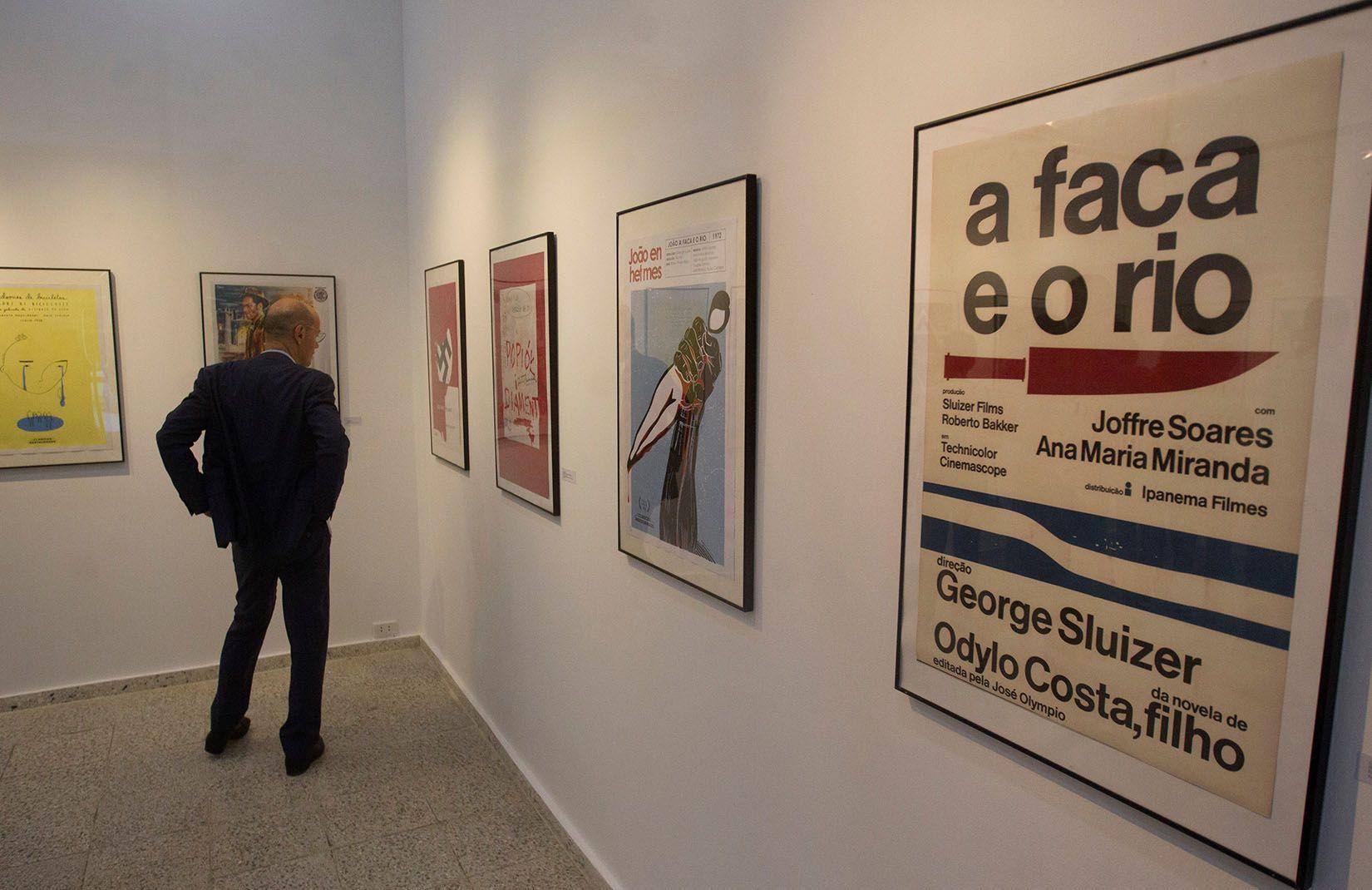 """Un hombre observa los carteles de la exposición """"Clásicos restaurados del cine europeo"""", en la galería 23 y 12 de La Habana. Foto: Yander Zamora / EFE."""