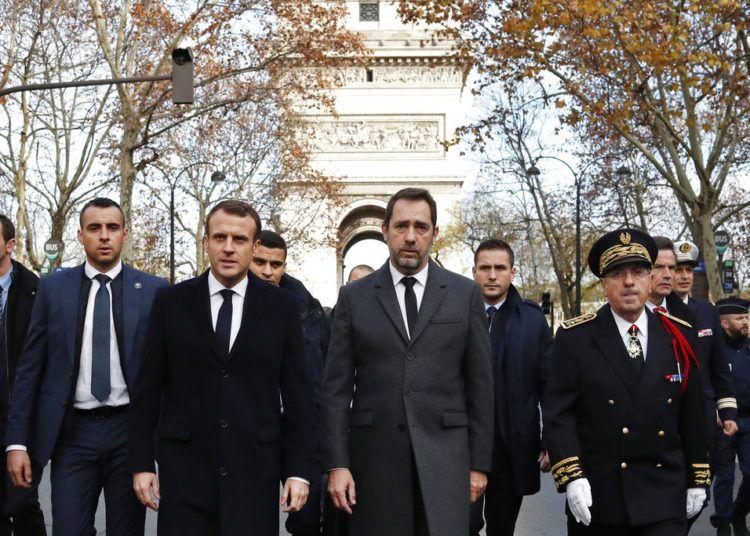 El presidente de Francia Emmanuel Macron, centro izquierda, el ministro del Interior de Francia Christophe Castaner, centro derecha, y el prefecto de la policía de París Michel Delpuech, derecha, llegan para visitar a los bomberos y policía antimotines al día siguiente de una manifestación en París, el domingo 2 de diciembre de 2018. Foto: Thibault Camus / AP.