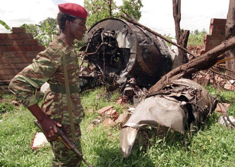 Esta foto de archivo del 23 de mayo de 1994 muestra a un rebelde del Frente Patriotico de Ruanda caminando en el lugar donde cayó un avión el 6 de abril de ese mismo año en Kigali. El entonces presidente de Ruanda Juvenal Habyarimana murió en este choque. Foto: Jean Marc Bouju / AP.