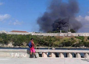 Imagen de la columna de humo por el incendio en la fortaleza de San Carlos de La Cabaña, en La Habana. Foto: ACN.