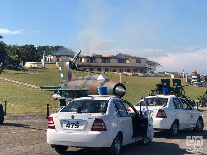 Autos de la policía que acudieron a La Cabaña al reportarse el incendio , el domingo 9 de diciembre de 2018. Foto: Pedro Pérez.