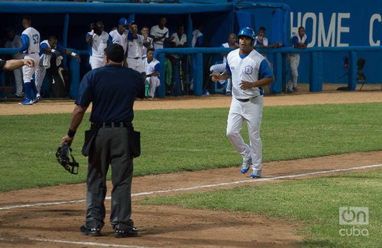 Yordanis Samón se convirtió en el primer jugador en la historia del béisbol cubano con 13 temporadas conectando más de 100 jits. Foto: Otmaro Rodríguez