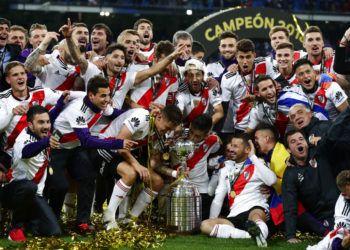 Jugadores de River Plate festejan con el trofeo de campeones de la Copa Libertadores tras vencer a Boca Juniors en la final en Madrid, el domingo 9 de diciembre de 2018. Foto: Manu Fernández / AP.
