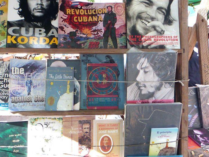 Librerías ambulantes en La Habana. Foto: Ángel Marqués Dolz.