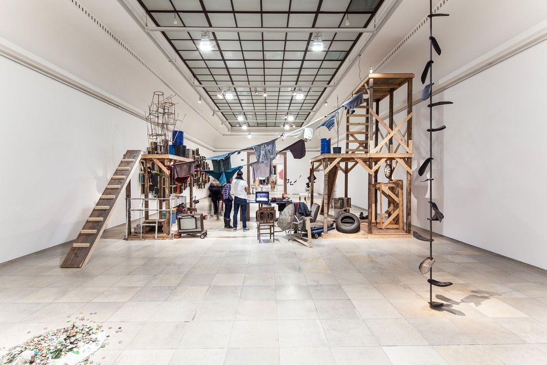 Fotografía cedida por Northwestern University, donde aparece una instalación del artista conceptual mexicano Abraham Cruzvillegas, que este año estará presente en el Art Basel, en Miami. Foto: EFE / Northwestern University.