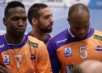 Ángel Rivero (derecha) junto al también cubano Noelvis Robles, miembros del club español Benidorm. Foto: Tomada del perfil de Facebook de Nolevis Robles