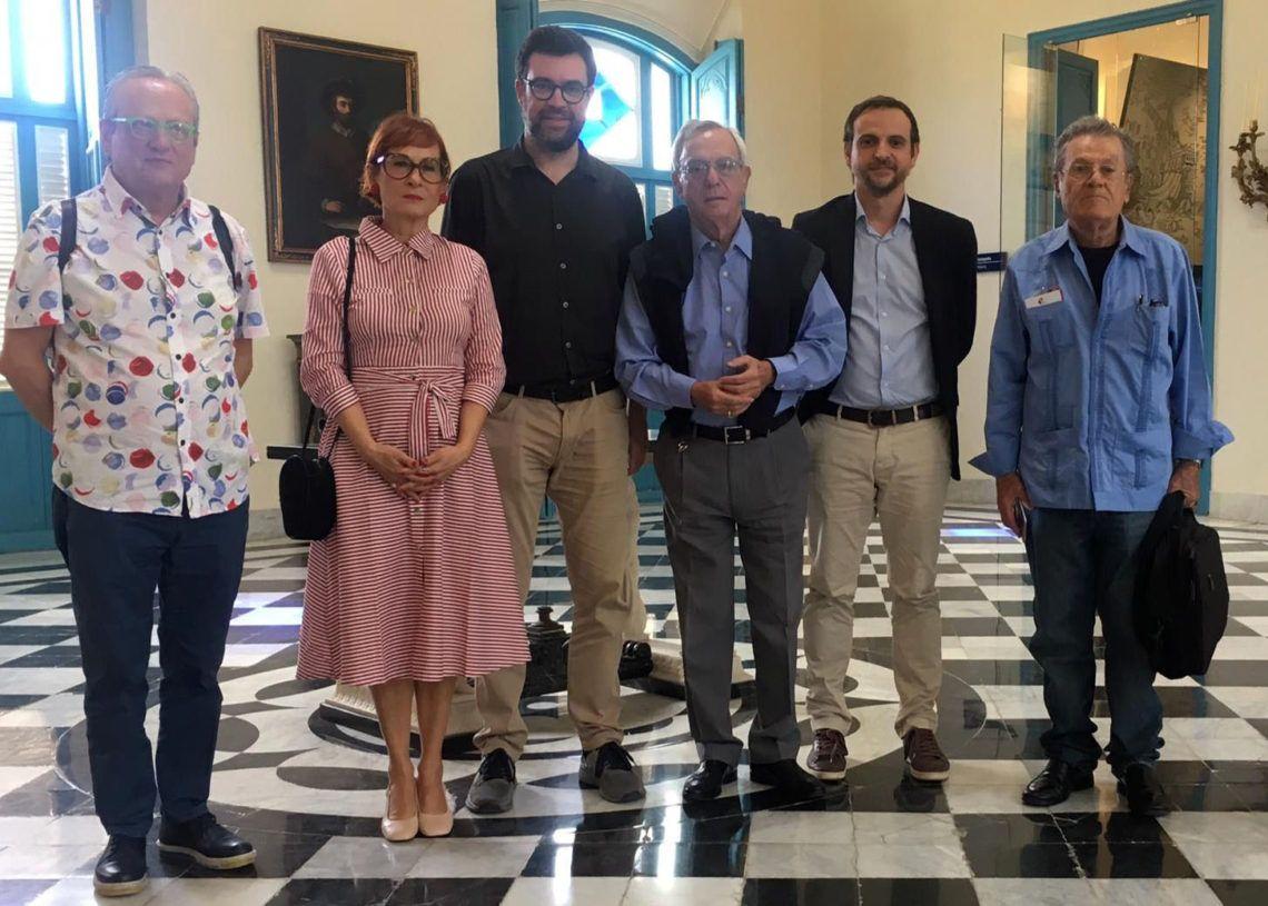 El alcalde de Palma, Antoni Noguera (3-izq) junto a miembros de su delegación y a Eusebio Leal (4-izq), Historiador de La Habana, durante la visita del político mallorquín a la capital cubana. Foto: mallorcadiario.com