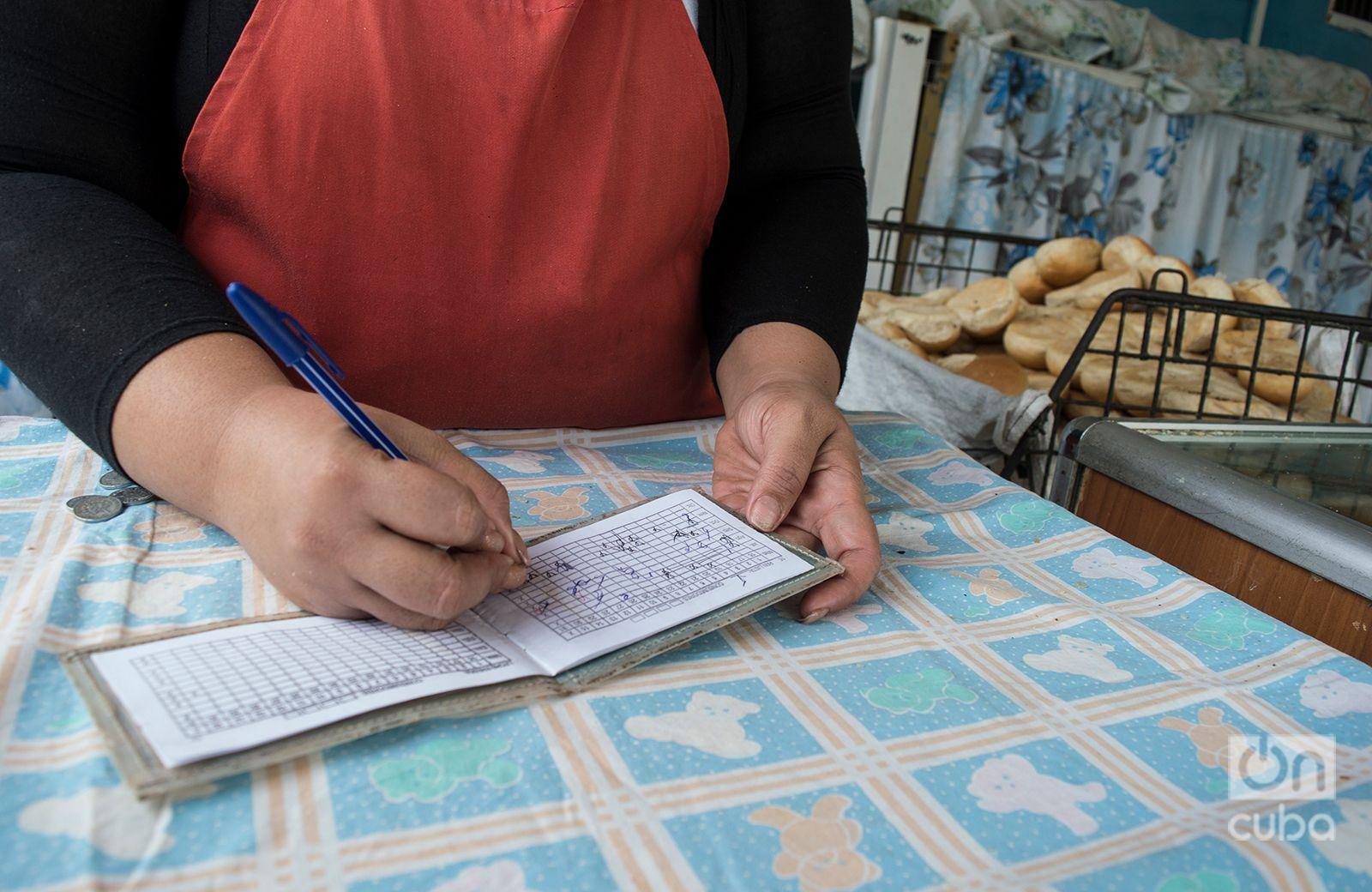 Ante las dificultades con la harina, las autoridades han priorizado el pan que se vende de manera racionada. Foto: Otmaro Rodríguez.