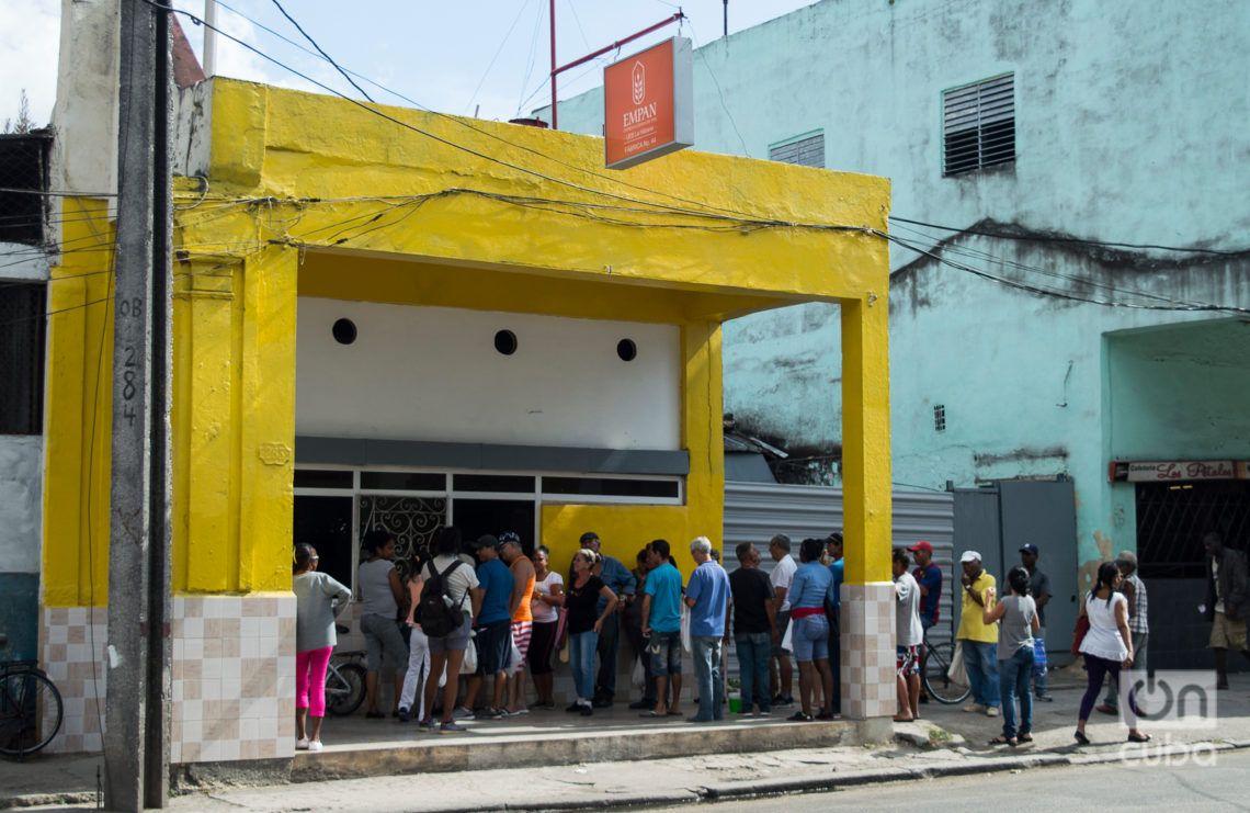 Cola para comprar pan en una panadería de la Calzada de 10 de Octubre. Foto: Otmaro Rodríguez.