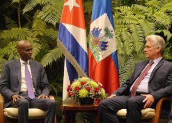 El presidente cubano, Miguel Diaz-Canel y su homólogo de Haití, Jovenel Moïse, en la sede del Palacio de la Revolución de La Habana. EFE/ Yamil Lage.