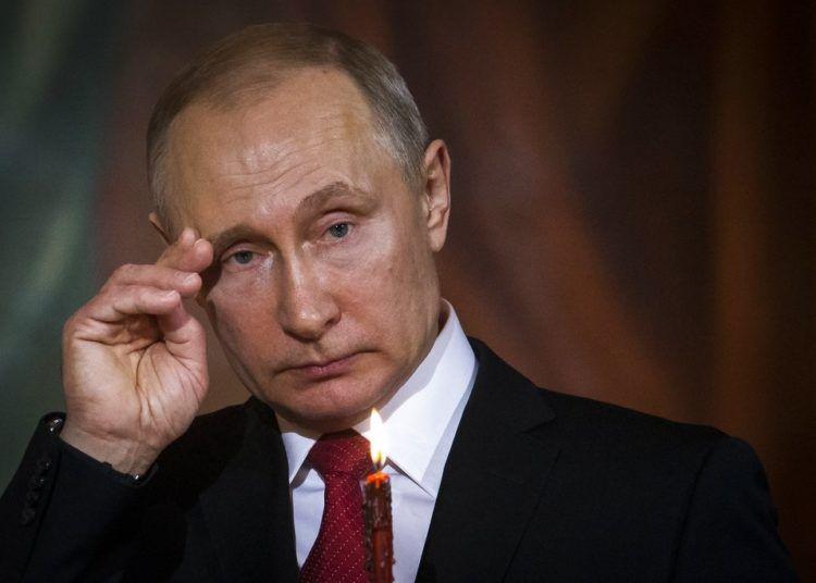 Fotografía de archivo del 8 de abril de 2018 del presidente ruso Vladimir Putin mientras asiste al servicio de Pascua en la Catedral de Cristo Salvador en Moscú. Foto: Alexander Zemlianichenko, Pool / AP.