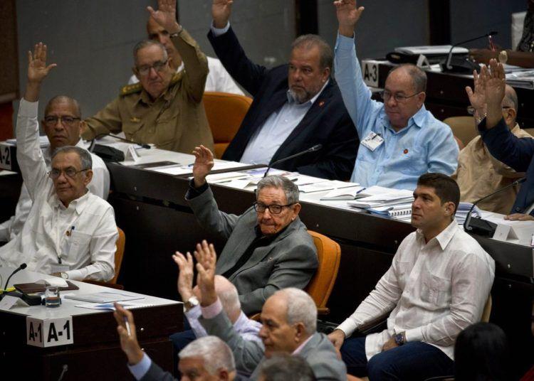 Votación durante una sesión para debatir el borrador de una nueva constitución en el Palacio de Convenciones en La Habana, el viernes 21 de diciembre de 2018. Foto: Ramón Espinosa / AP.