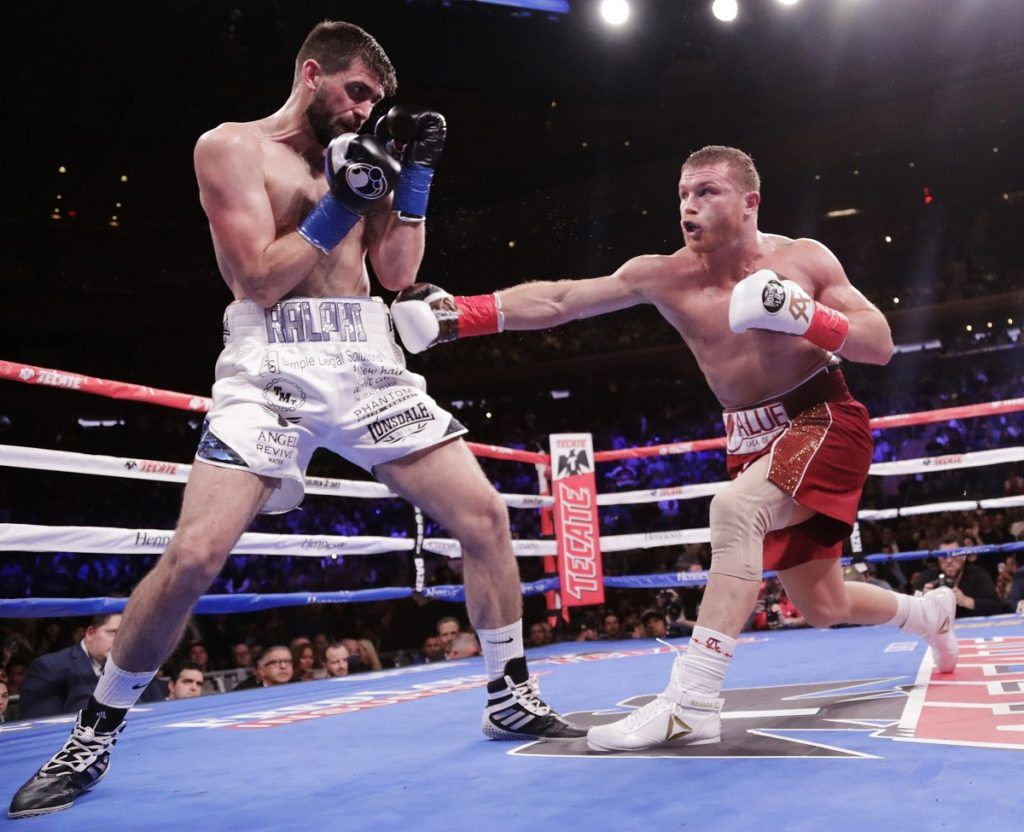 """El mexicano Saúl """"Canelo"""" Álvarez, derecha, le lanza un puñetazo al inglés Rocky Fielding durante el segundo round de su pelea por el título de los supermedianos de la AMB el sábado 15 de diciembre de 2018, en Nueva York. (AP Foto/Frank Franklin II)"""