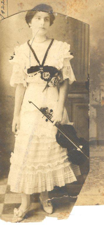 Loló y su violín. Foto: Archivo familiar.