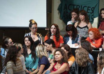 Acompañada por miembros de Actrices Argentinas, Thelma Fardin habla durante una conferencia de prensa en la que acusó al actor Juan Darthés de violarla cuando tenía 16 años. Foto: Joaquín Salguero / AP.