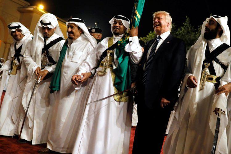 El presidente Donald Trump participa de una danza tradicional en Arabia Saudí. Foto AP.