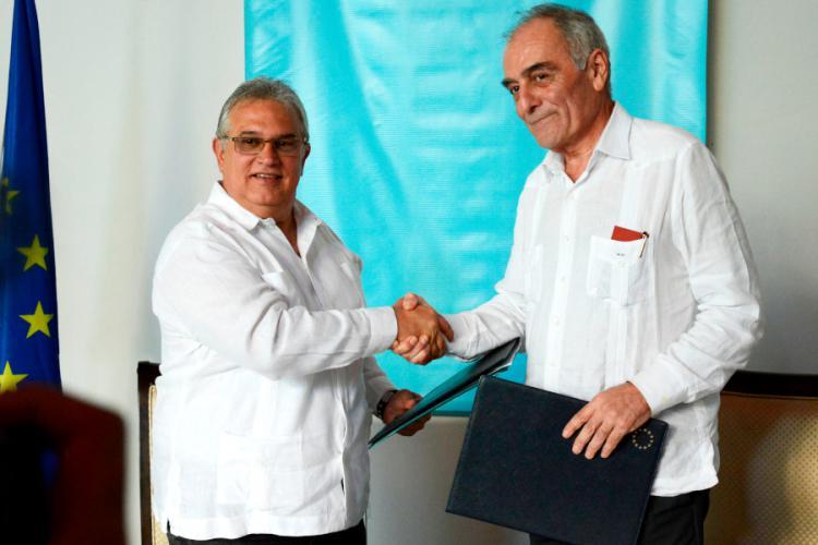Alberto Navarro (d), embajador de la Unión Europea en Cuba, saluda a Luis Carlos Góngora, vicepresidente del gobierno de La Habana, tras la firma de un acuerdo de colaboración para el Corredor Cultural Calle Línea, el miércoles 19 de diciembre de 2018 en La Habana. Foto: eeas.europa.eu