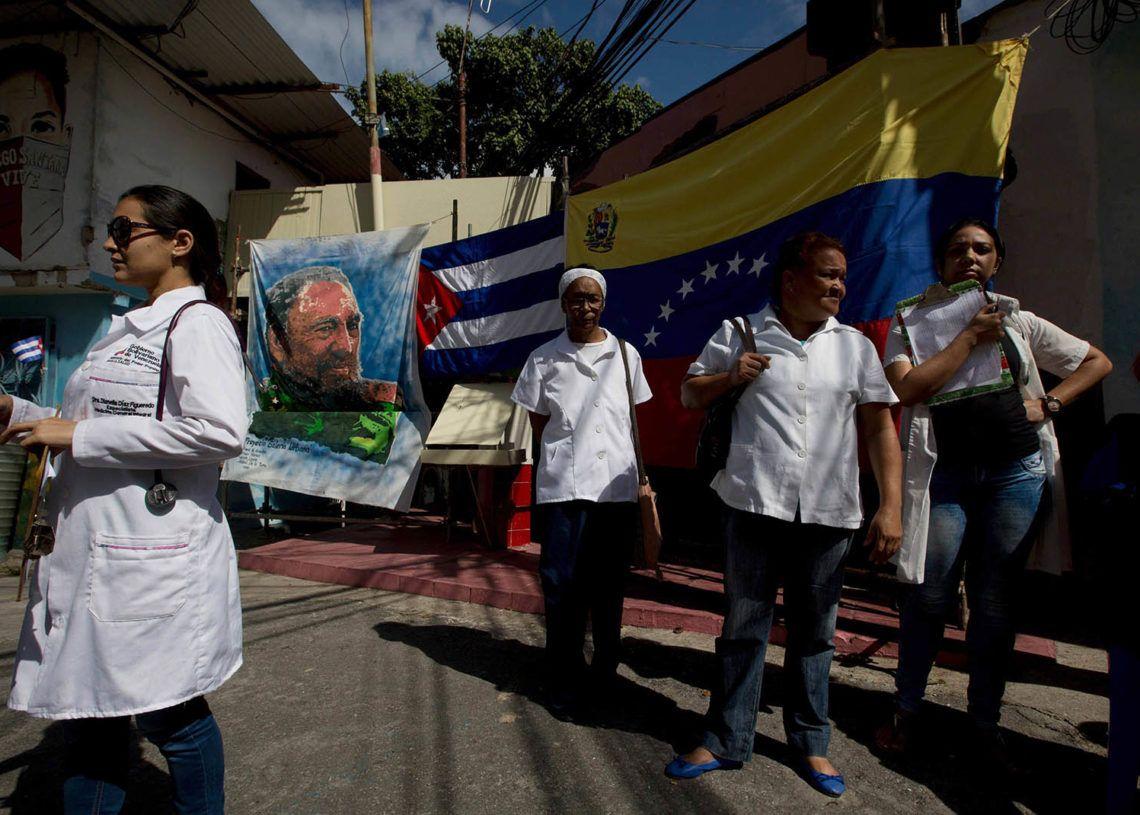 Médicos cubanos en Venezuela. Foto: elestimulo.com