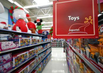 Juguetes en los estantes del Walmart Supercenter en Houston, EE.UU. Foto: David J. Phillip / AP.