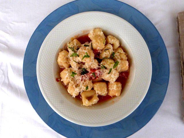 Ñoquis de yuca, salsa de tomate, albahaca y queso parmesano de Opera.