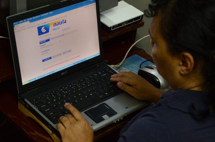 Un hombre navega en Internet en su vivienda. Foto: Joaquín Hernández/Xinhua/Archivo.