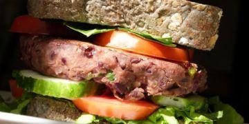 Hamburguesa de frijol negro y pan negro en el Shamuskia'o.
