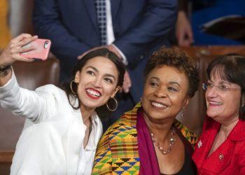 La representante Alexandria Ocasio-Cortez, demócrata de Nueva York, se toma una selfie con la representante Ann McLane Kuster, demócrata de Nueva Hampshire, y la representante Barbara Lee, demócrata de California, en el primer día del Congreso 116 con mayoría demócrata en el Capitolio, Washington, el jueves 3 de enero de 2019. Foto: J. Scott Applewhite / AP.