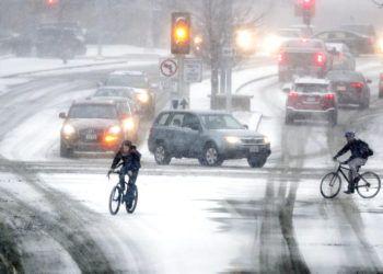 Ciclistas cruzan Park Street en la intersección con University Ave durante una tormenta de nieve, el 18 de enero de 2019 en Madison, Wisconsin. Foto: Steve Apps/Wisconsin State Journal vía AP.